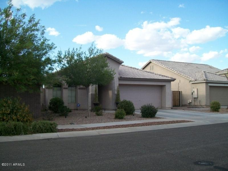 This Los Arbolitos Ranch rental home is a very nicely upgraded rental property in Avondale Arizona.